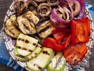 Рецепта Печени зеленчуци на скара - патладжани (син домат), тиквички, червени чушки, гъби печурки
